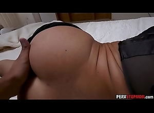 Horny MILF stepmom enjoyed in a shifty sexual congress prevalent a stepson