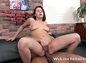 Stallion nicely nails piping hot belle with natural tits