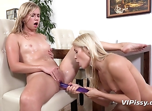 Slim blondes extract each other's pee aid of dildo